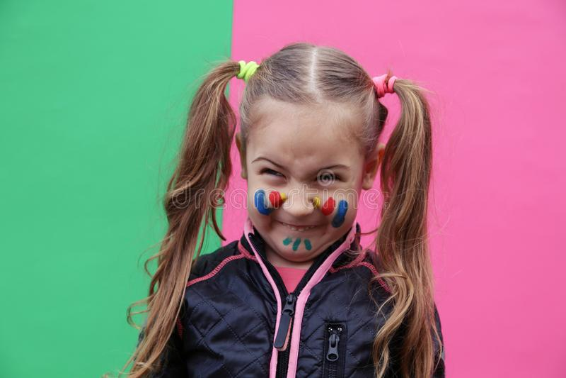 Mooi meisje die grappig gezicht maken stock fotografie