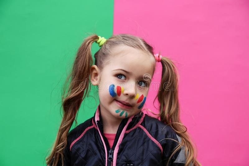 Mooi meisje die grappig gezicht maken royalty-vrije stock foto's