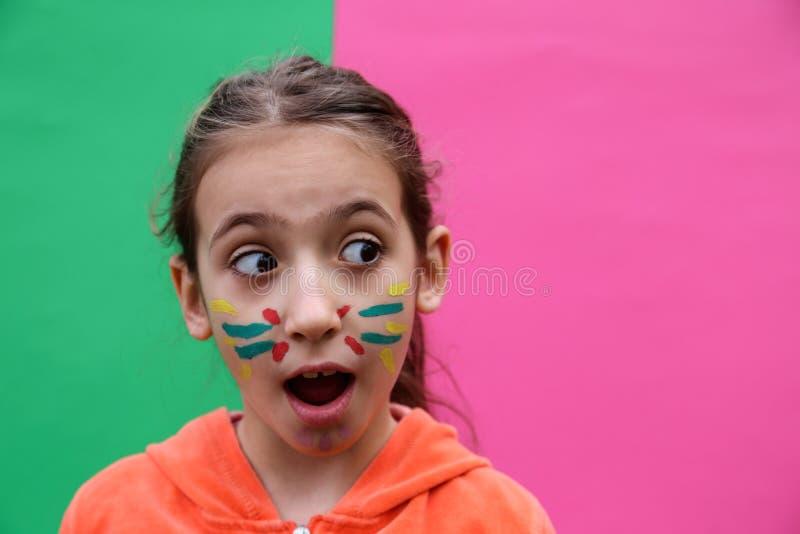Mooi meisje die grappig gezicht maken stock afbeelding