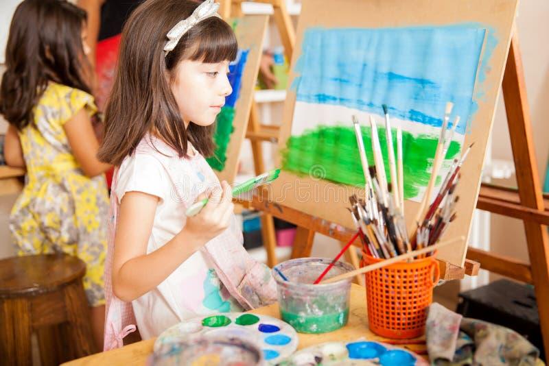 Mooi meisje die haar bekijken die schilderen royalty-vrije stock foto