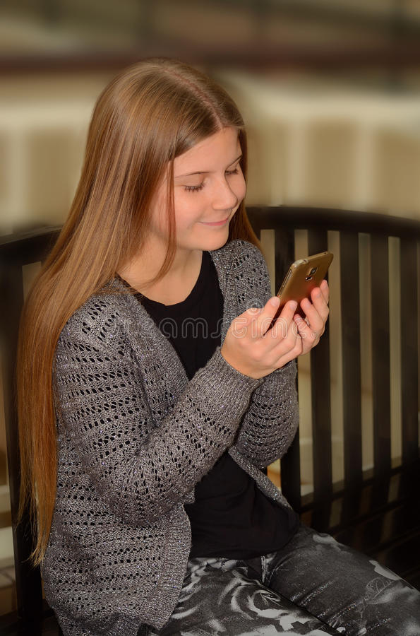Mooi meisje die haar celtelefoon met behulp van royalty-vrije stock foto's