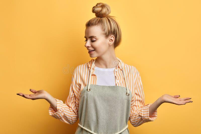 Mooi meisje die haar schouders ophalen stock foto's
