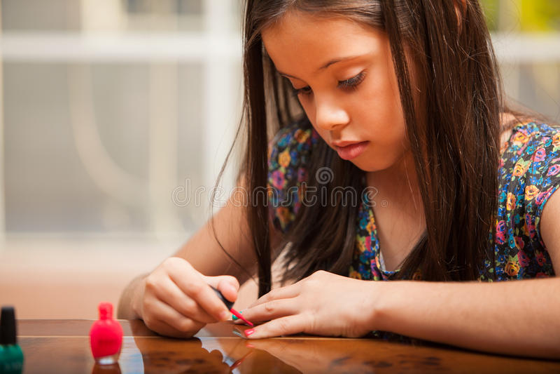 Mooi meisje die haar spijkers schilderen royalty-vrije stock foto