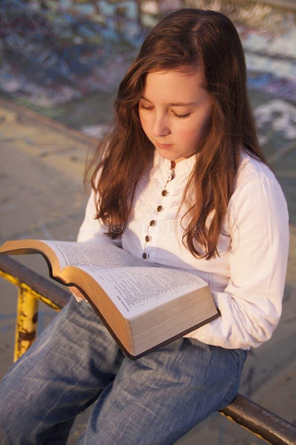 Mooi meisje die heilige bijbel lezen royalty-vrije stock afbeeldingen