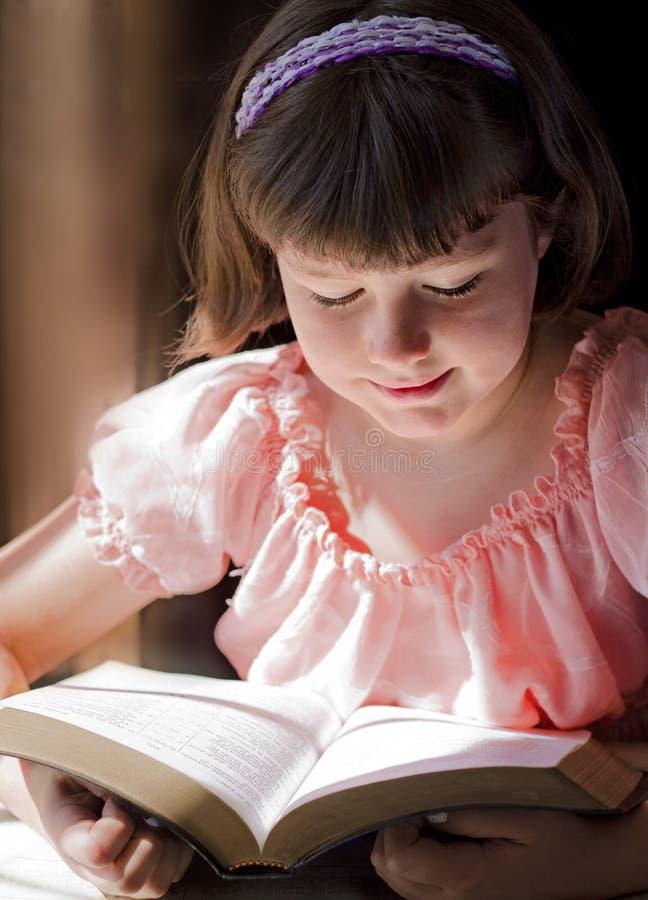 Mooi Meisje die Heilige Bijbel lezen royalty-vrije stock foto