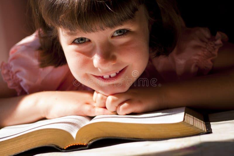 Mooi Meisje die Heilige Bijbel lezen royalty-vrije stock afbeelding