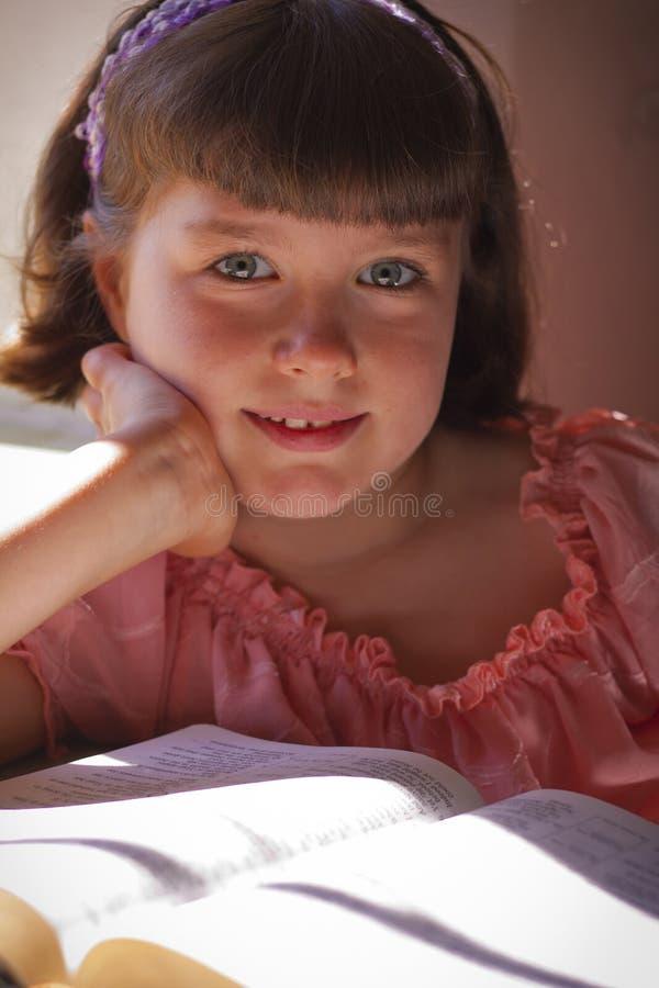 Mooi Meisje die Heilige Bijbel lezen stock afbeelding