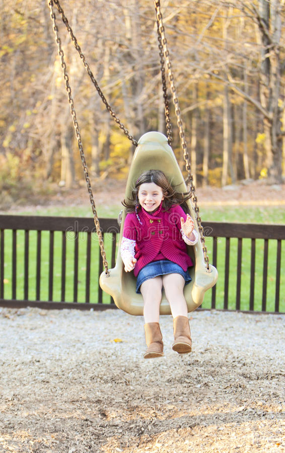Mooi meisje die in het park slingeren royalty-vrije stock foto's