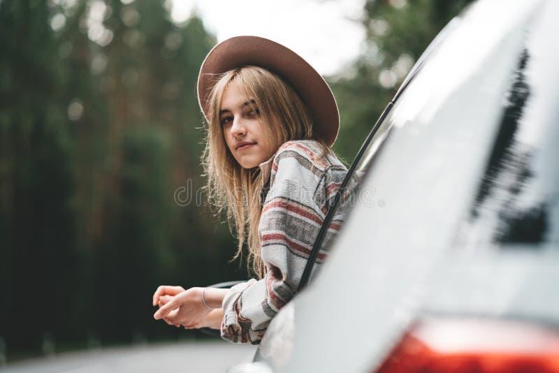 Mooi meisje die hipster van landweg genieten Bevat gradiënt en het knippen masker royalty-vrije stock fotografie