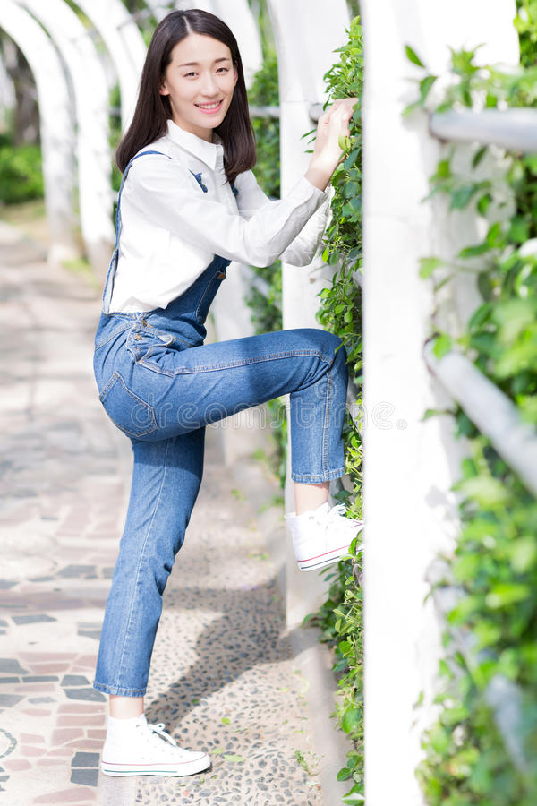 Mooi meisje die jeans dragen royalty-vrije stock afbeeldingen