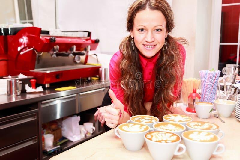 Mooi meisje die koffie maken stock fotografie