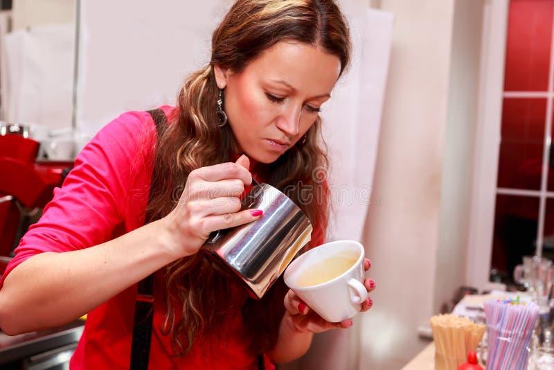 Mooi meisje die koffie maken stock afbeeldingen