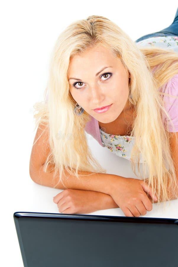 Mooi meisje die met laptop werken royalty-vrije stock foto's