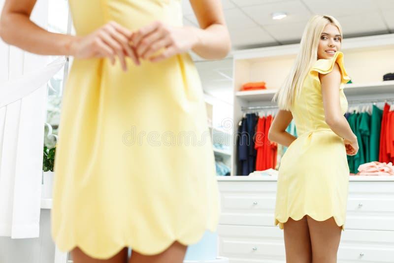 Mooi meisje die montage in boutique maken royalty-vrije stock foto's