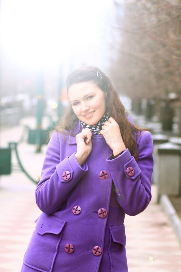 Mooi meisje die onderaan de straat lopen royalty-vrije stock afbeelding