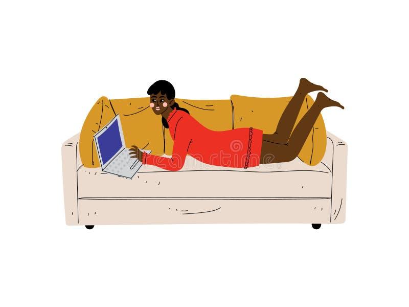 Mooi Meisje die op Bank met Laptop, Jonge Afrikaanse Amerikaanse Vrouw liggen die of thuis het Gebruiken van Computervector werke vector illustratie