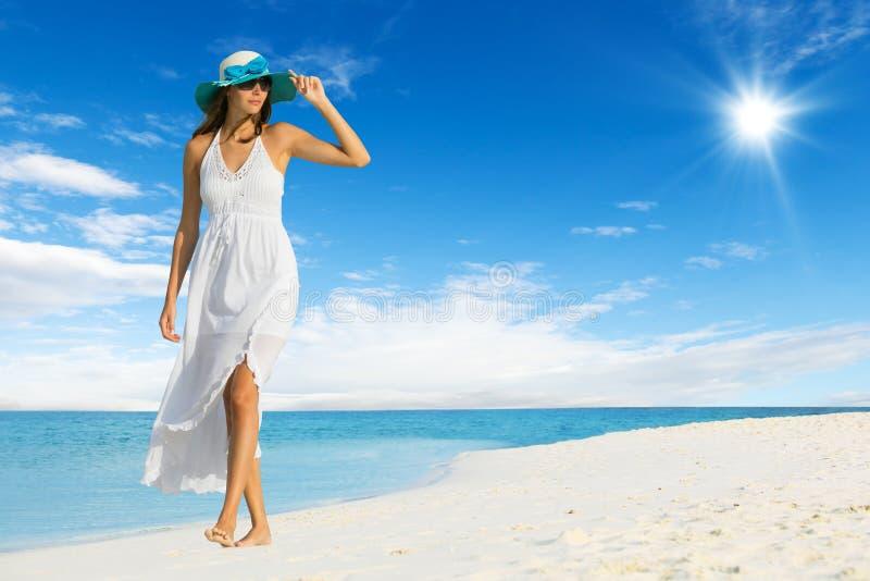 Mooi meisje die op tropisch strand lopen stock foto's