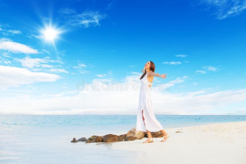 Mooi meisje die op tropisch strand lopen royalty-vrije stock fotografie