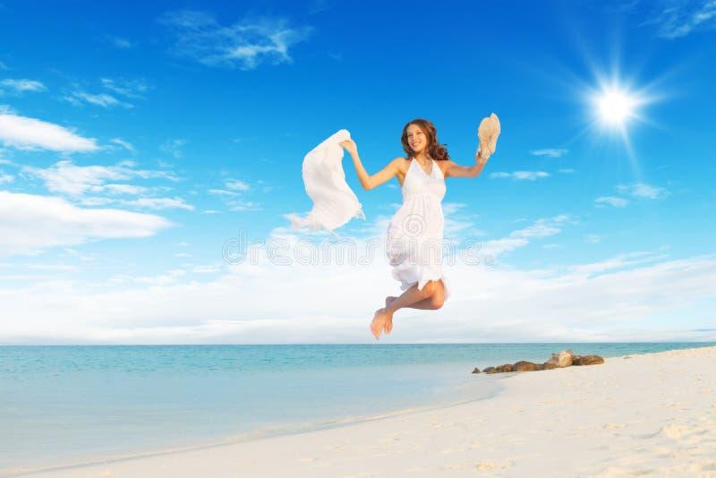 Mooi meisje die op tropisch strand springen royalty-vrije stock foto's