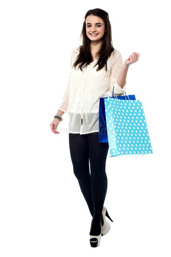 Mooi meisje die rond winkelen royalty-vrije stock foto
