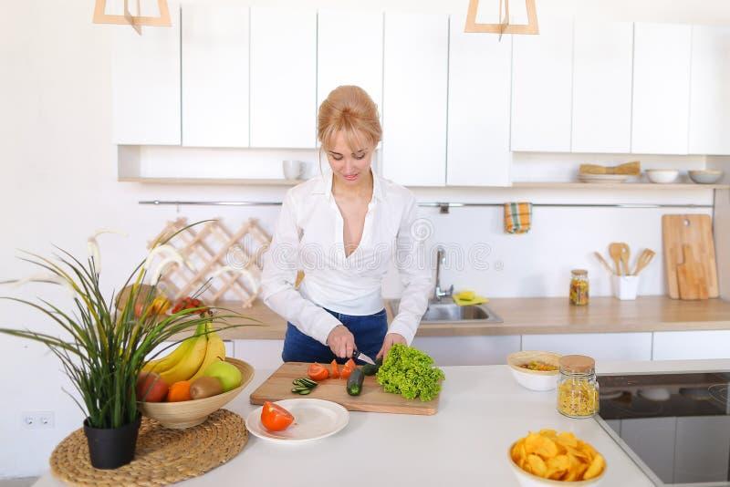 Mooi meisje die salade van verse groenten op scherpe raad voorbereiden royalty-vrije stock fotografie
