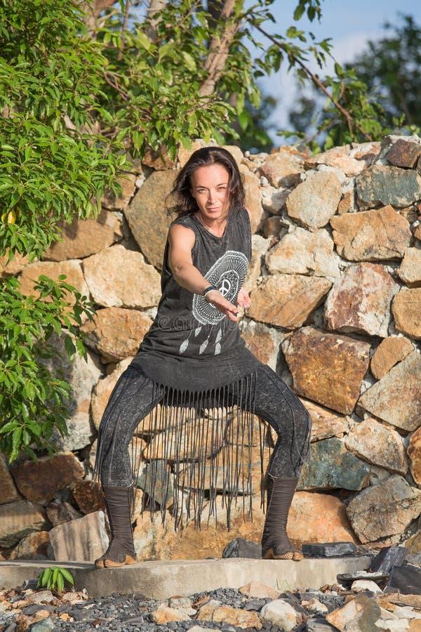 Mooi meisje die shamanic dans in aard doen royalty-vrije stock afbeeldingen