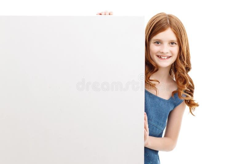 Mooi meisje die uit doos kijken royalty-vrije stock afbeelding