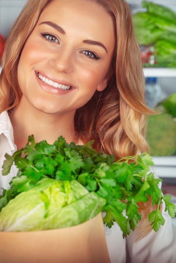 Mooi meisje die van gezonde voeding genieten stock afbeelding