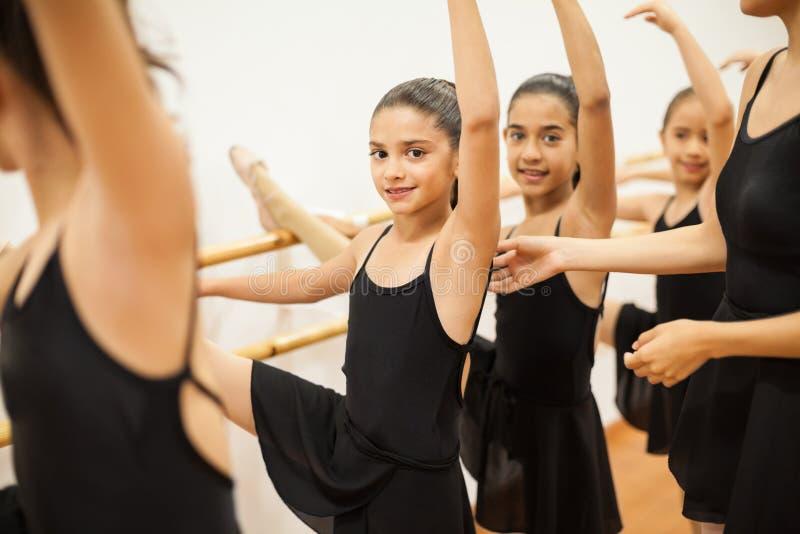 Mooi meisje die van haar balletklasse genieten op school stock fotografie