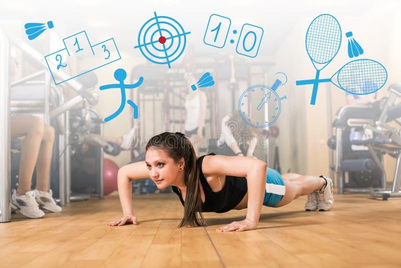 Mooi meisje die wat duw UPS doen bij de gymnastiek royalty-vrije stock afbeeldingen