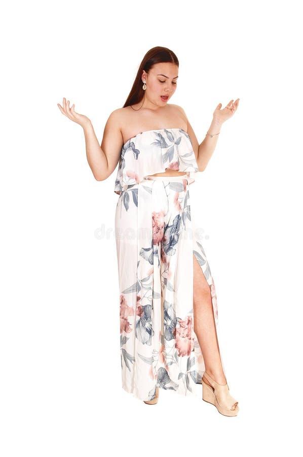 Mooi meisje die zich in de lange kleding van de pastelkleurzomer bevinden royalty-vrije stock fotografie