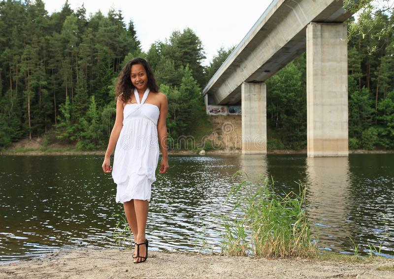Mooi meisje door Velesin brug over Dam Rimov stock foto