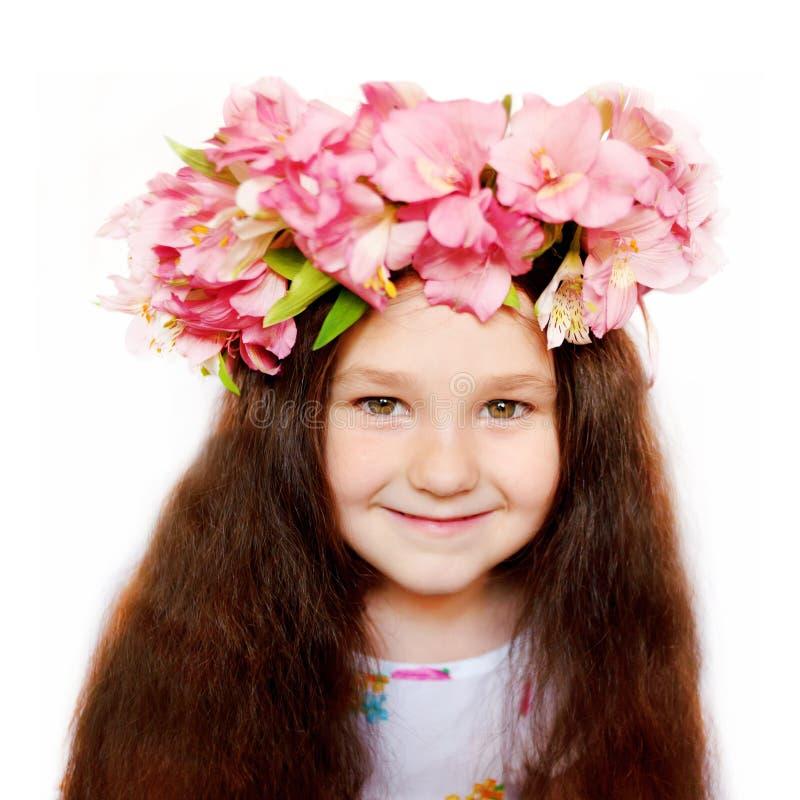 Mooi meisje in een bloemkroon stock afbeelding