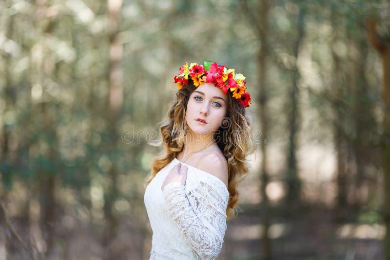 Mooi meisje in een bos royalty-vrije stock foto