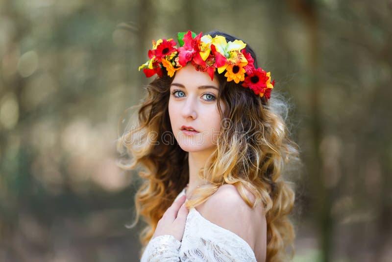 Mooi meisje in een bos royalty-vrije stock fotografie