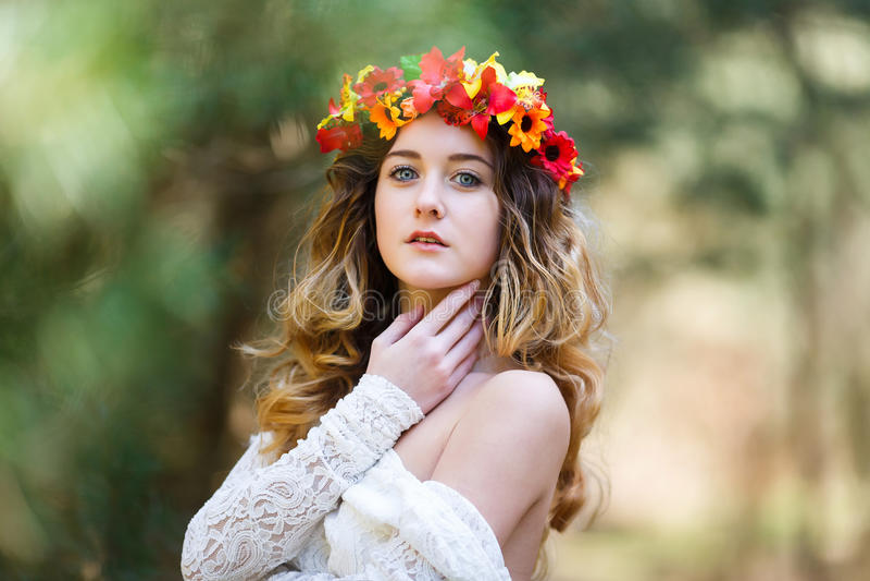 Mooi meisje in een bos royalty-vrije stock afbeeldingen
