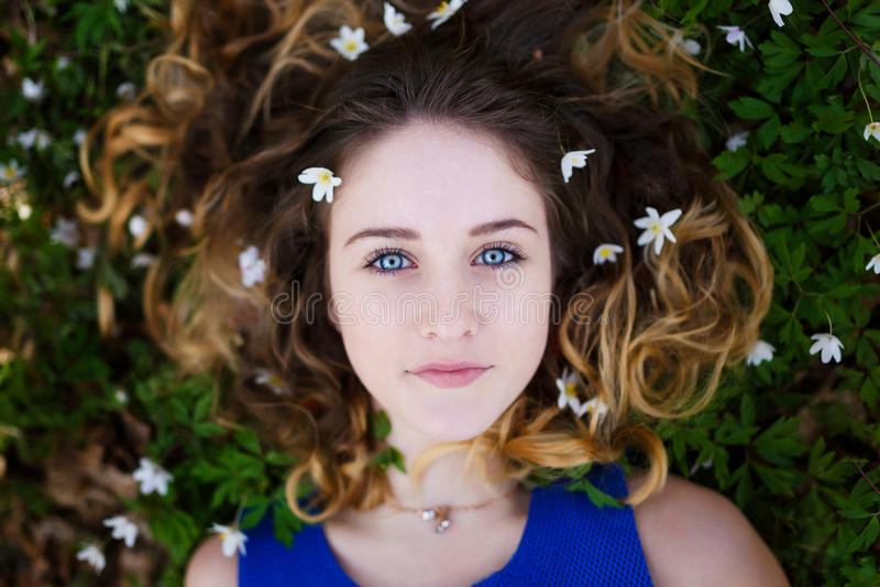 Mooi meisje in een bos royalty-vrije stock foto's