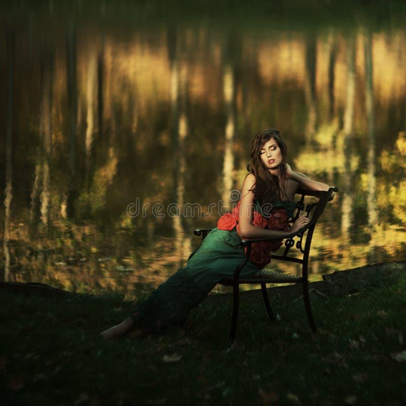 Download Mooi Meisje In Een Geheimzinnige Plaats Stock Foto - Afbeelding bestaande uit up, vertrouwen: 39107524