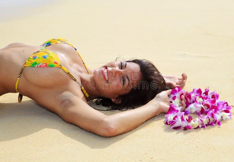Mooi meisje in een gele bikini stock fotografie