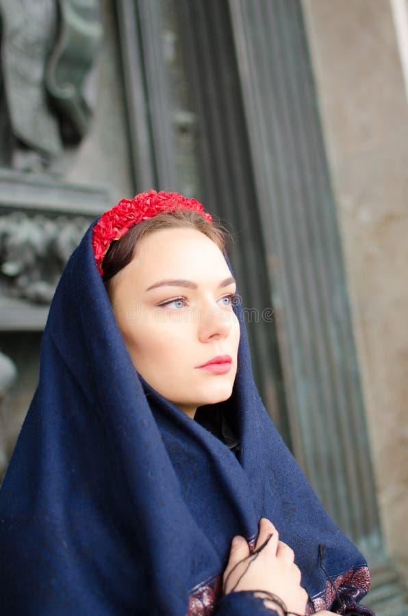 Mooi meisje in een headscarf royalty-vrije stock foto