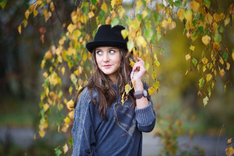 Mooi meisje in een hoed stock foto