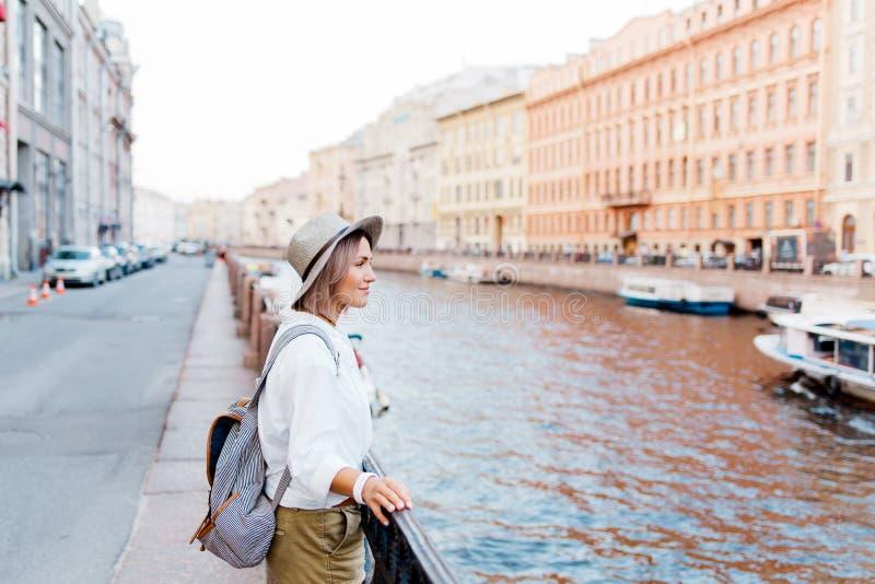 Mooi meisje in een hoed die te de de zomerwaterkant glimlachen royalty-vrije stock fotografie