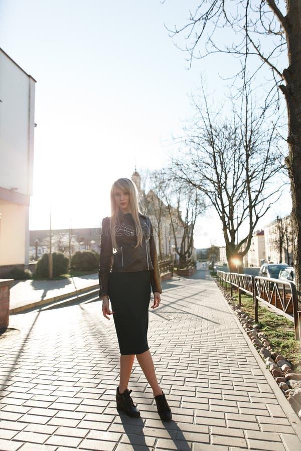 Mooi meisje in een kleding voor een gang in de stad stock fotografie