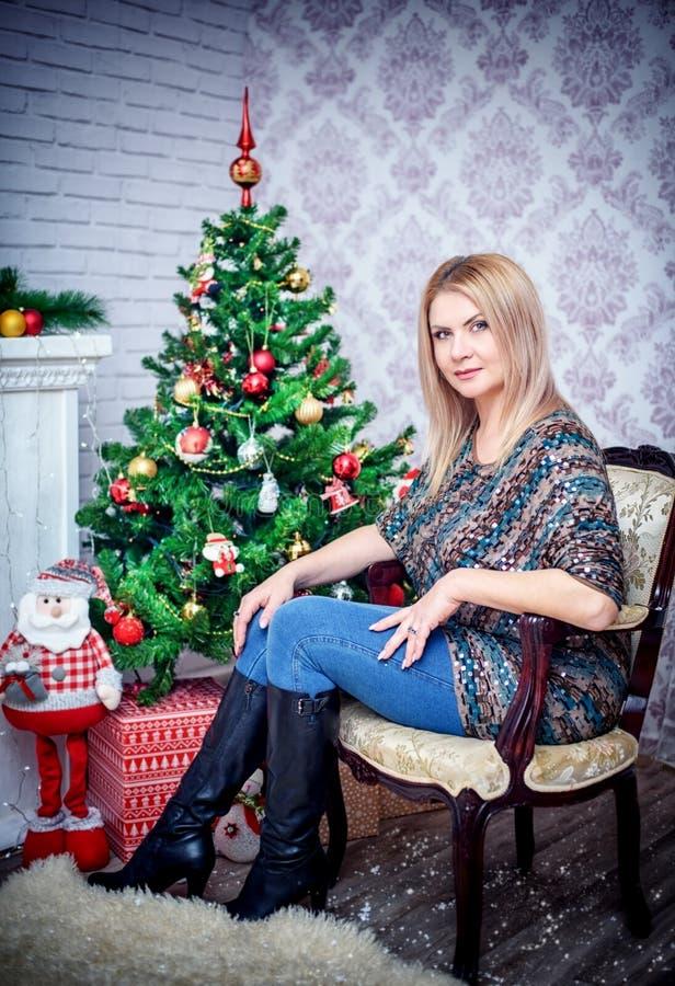 Mooi Meisje in een mooie Nieuwjaar` s Vooravond royalty-vrije stock foto's