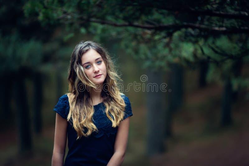 Mooi meisje in een pijnboombos stock foto's