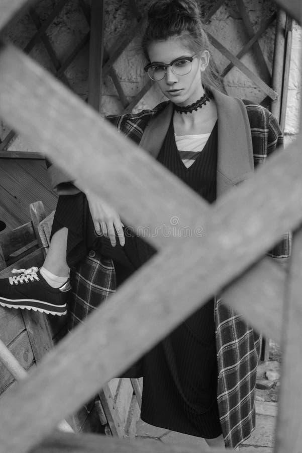 Mooi meisje in een plaid stock afbeeldingen