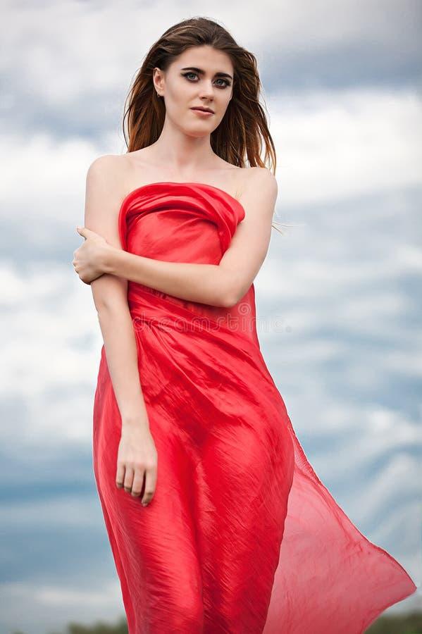 Download Mooi Meisje In Een Rode Kaap Op De De Zomerweide Stock Afbeelding - Afbeelding bestaande uit summer, haar: 107704351
