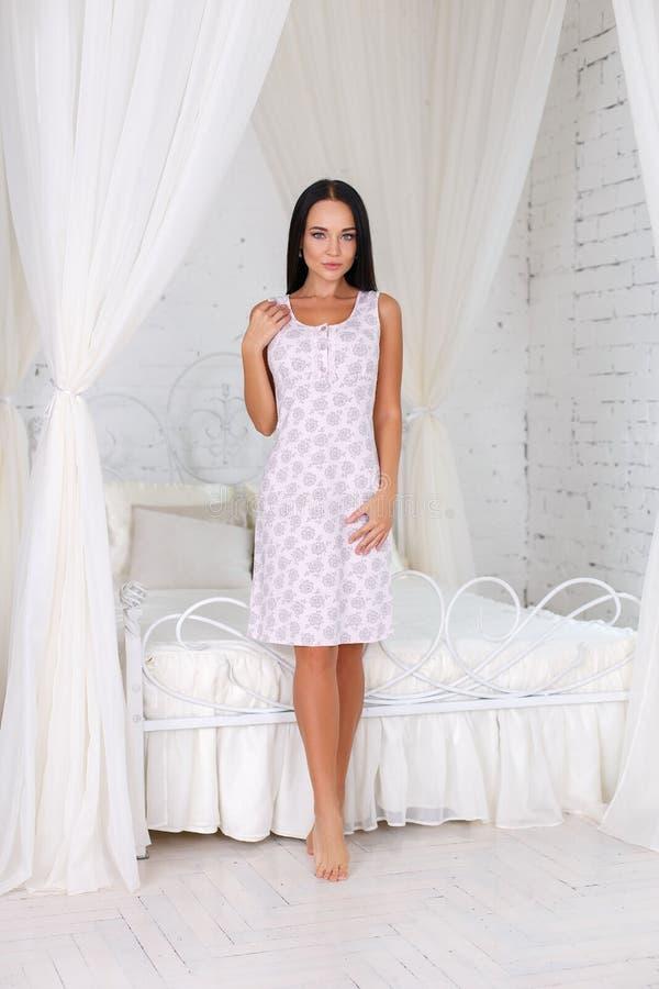 Mooi meisje in een sexy witte kleding stock fotografie