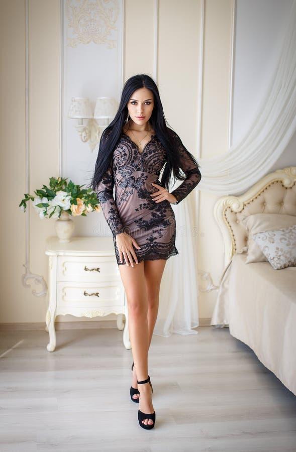Mooi meisje in een sexy zwarte kleding royalty-vrije stock foto