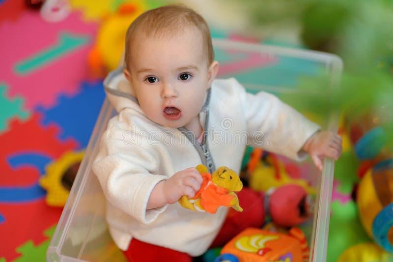 Mooi meisje in een speelgoeddoos stock foto